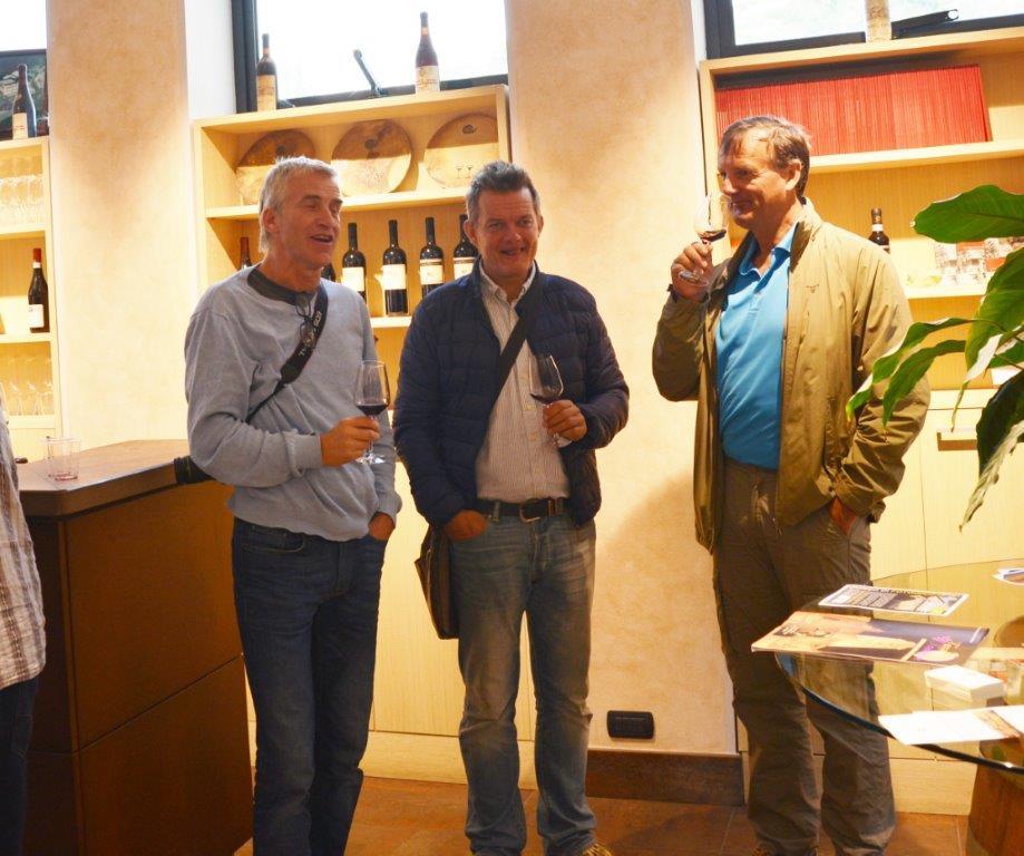 Innimellom arbeidsøktene ble det tid til vinsmaking også - her sammen med Joar og Stein.